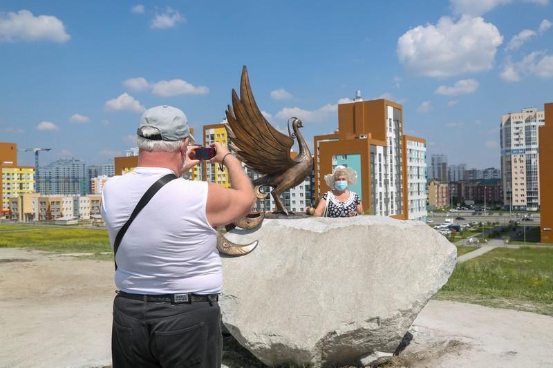 Жители и гости Академического уже полюбили свою птичку.