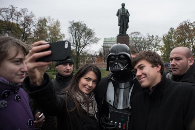 Лидер Интернет-партии Украины Дарт Вейдер на агитационной акции перед внеочередными выборами депутатов Верховной Рады