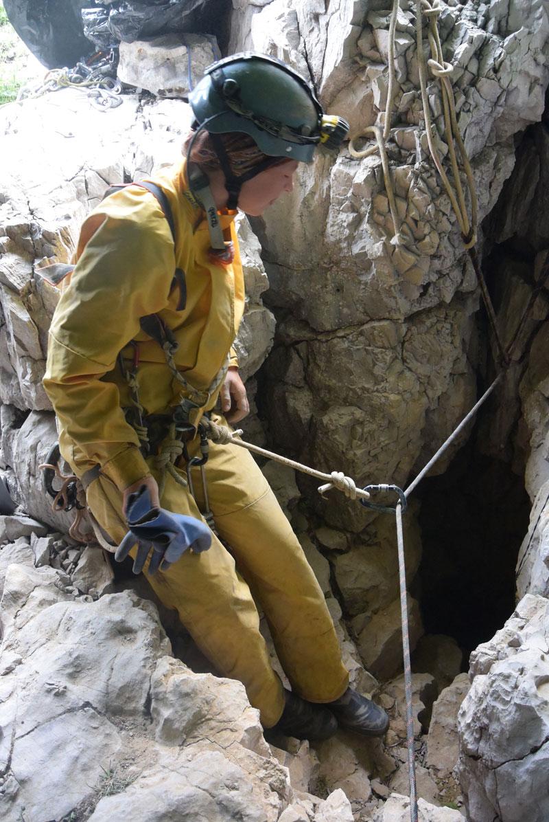 Через несколько минут спелеологи окажутся в кромешном темноте пещеры.