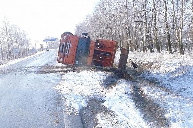 Под Тулой перевернулся грузовик