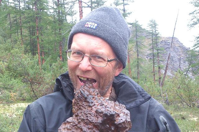 Алексей пробует красивую находку в Швеции на зуб.