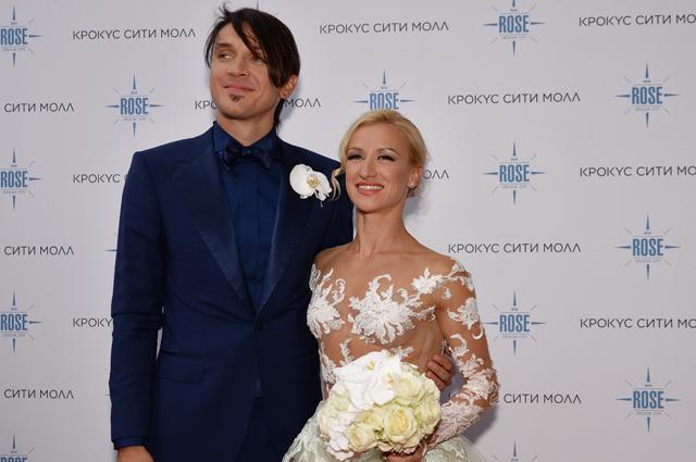 Максим Траньков и Татьяна Волосожар перед торжественной частью церемонии бракосочетания у ресторана Rose Bar Crocus City в Москве.