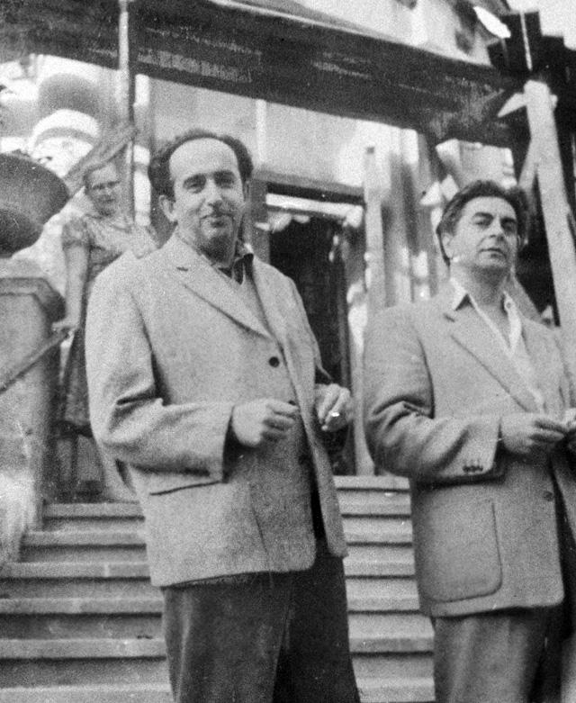 Сценарист, поэт, певец Александр Галич (слева) и режиссер Юрий Любимов (справа) в подмосковном санатории. 1964 год.