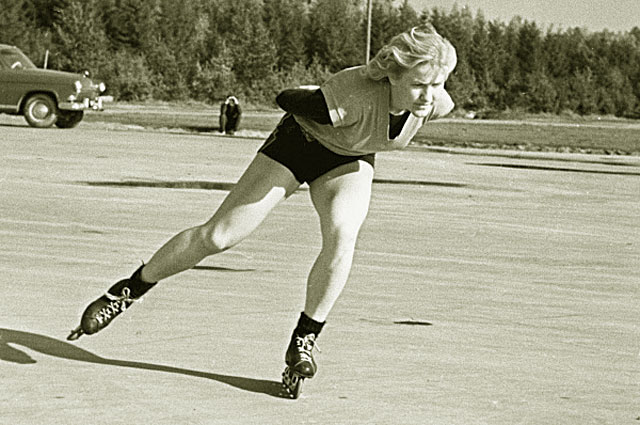 Олимпийская чемпионка, чемпионка мира 1963 года по конькобежному спорту Лидия Скобликова на тренировке, 1963 год