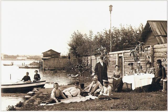 Жители Екатеринбурга на берегу «золотой» реки Мельковка. В советское время её «убрали» под землю.