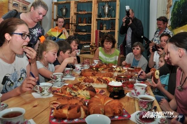 Гостей напоили чаем с вкусными калачами и вареньем.