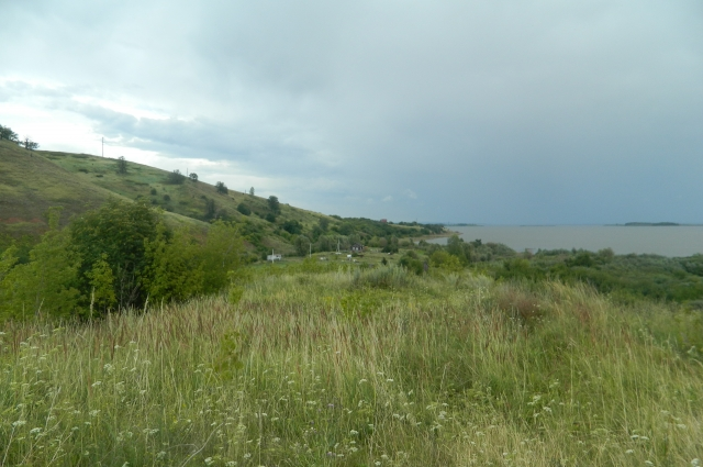Окрестности затопленного села. Видны остатки оборонительных валов древнего городища.