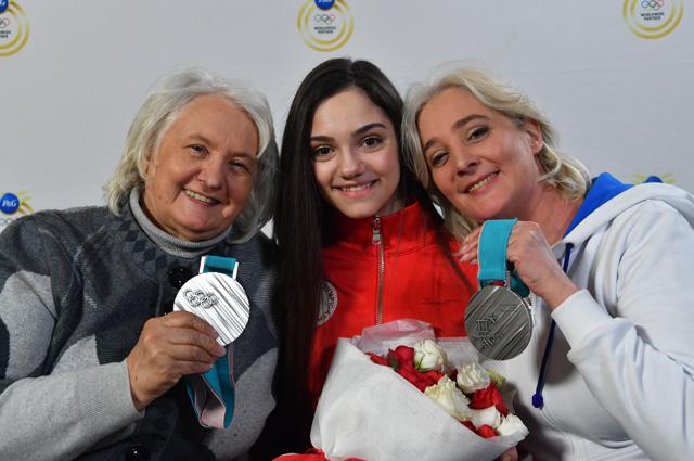 Евгения Медведева с бабушкой и мамой.