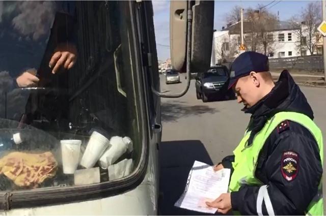 Сотрудник ГИБДД заметил подделку документов.