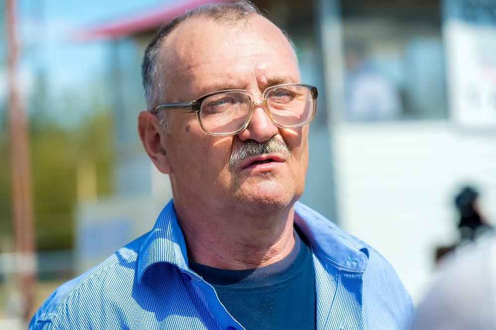 Депутат гордумы Челябинска Виталий Рыльских помогает организатору турнира в содержании конного клуба.