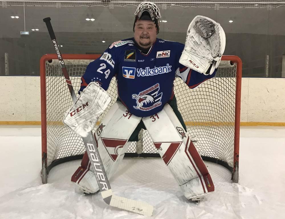 Отец Олег руководит любительской командой «Диакон» и сам продолжает выходить на лёд.