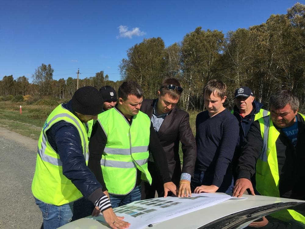 Работники Упрдор «Южный Урал» обсуждают с подрядчиками применение новых технологий в реконструкции дорожного покрытия.