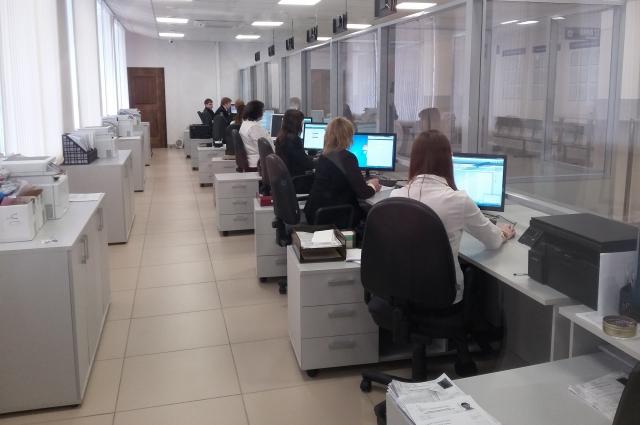 В Управлении по вопросам миграции одновременно принимают посетителей десятки специалистов. Средне время обслуживания составляет 15 минут.