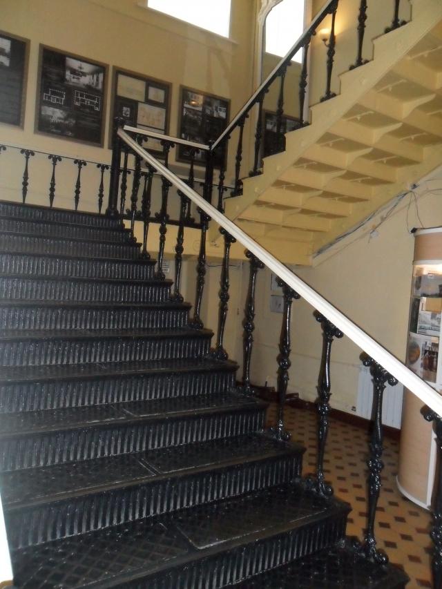 Историческая лестница из каслинского литья: за более чем 150-летнюю историю по ней  ходили велики люди из царской семьи,  знаменитые путешественники и исследовали, военачальники и ученые!
