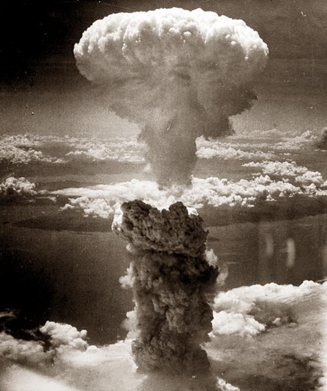 Взрыв атомной бомбы Little Boy, сброшенной на Хиросиму.