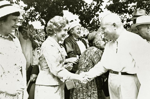 Никита Хрущев и народная артистка СССР Любовь Петровна Орлова во время приема деятелей искусства и литературы. 1959 год