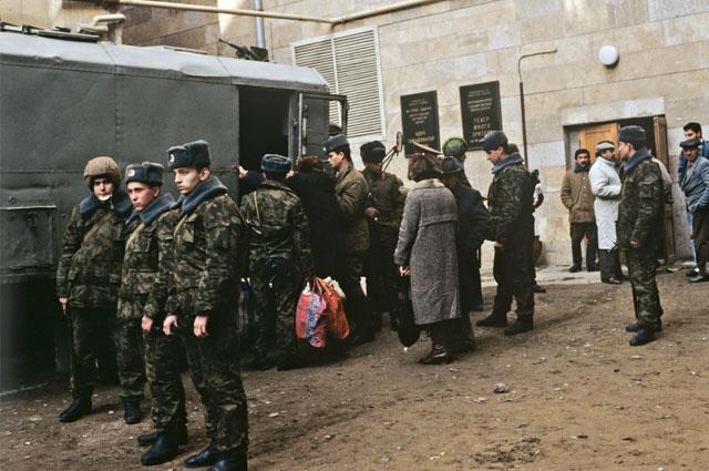 Военнослужащие подразделения внутренних войск МВД СССР сопровождают армянских беженцев в морской порт для эвакуации их на пароме Баку — Красноводск. 17 января 1990 г.