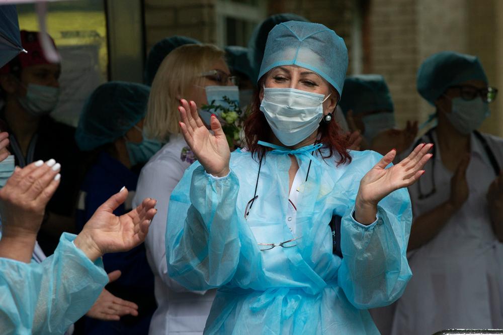 Поздравления принимают свободные от вахты врачи.