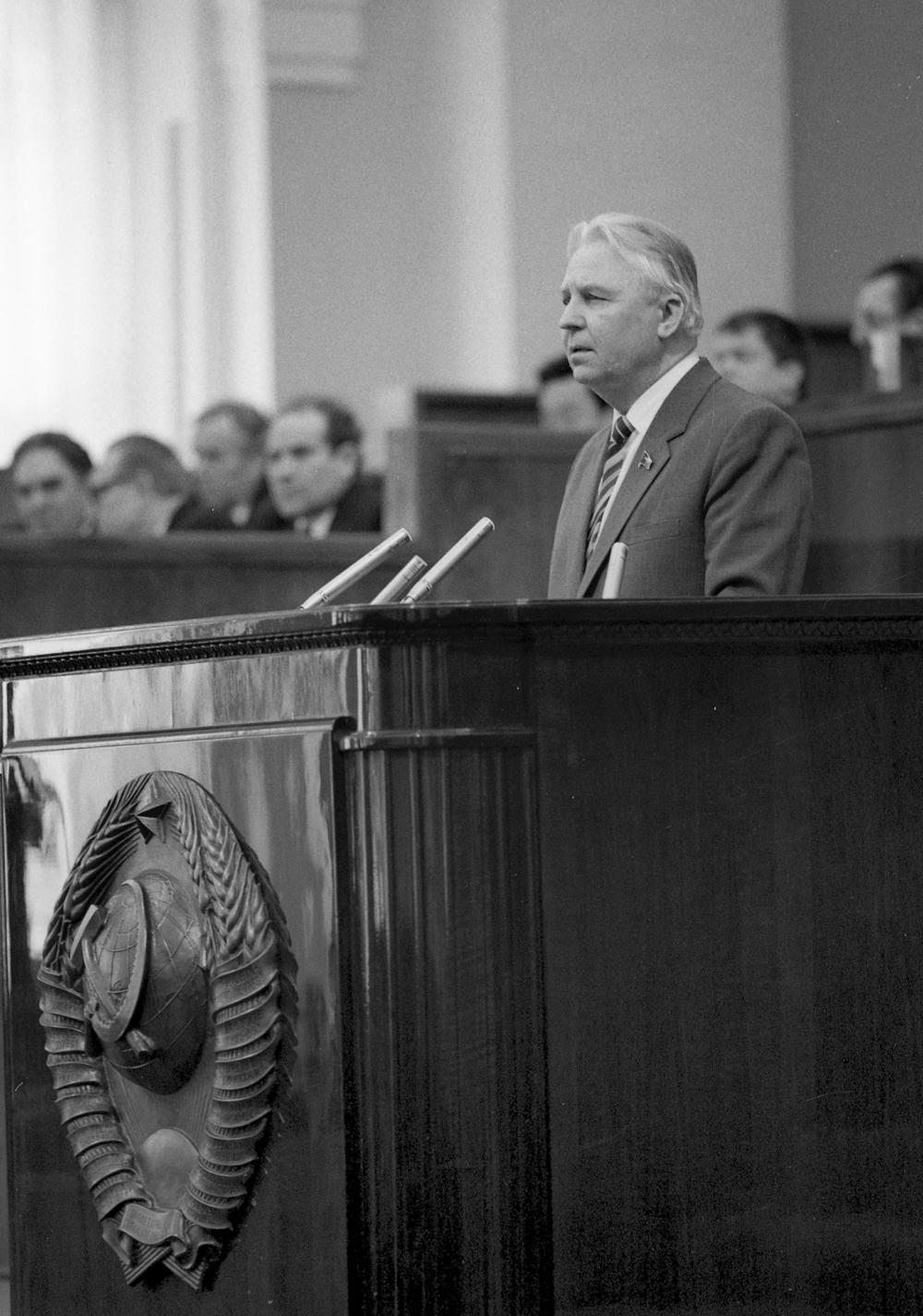 Секретарь ЦК КПСС Егор Кузьмич Лигачев во время выступления на сессии Верховного Совета РСФСР, 1985 год.