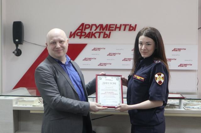 Шеф-редактор «АиФ-Петербург» Сергей Хорошавин вручает диплом Журавлевой Зарине.