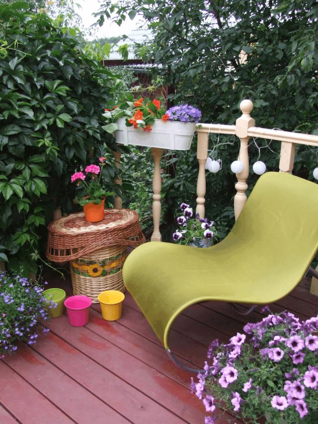 Площадка отдыха  на садовом балконе.