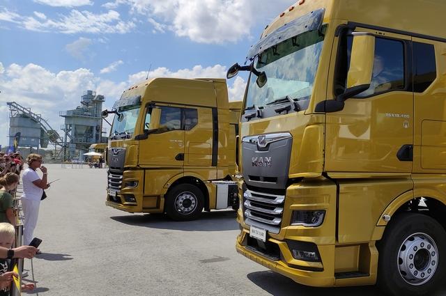 В рамках презентации организаторы показали самое настоящее шоу с грузовиками.