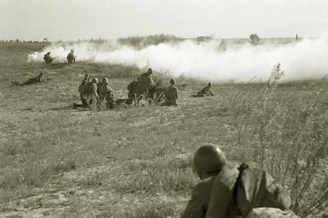 Под прикрытием дымовой завесы бойцы идут в атаку. На подступах к Сталинграду. 1942 год