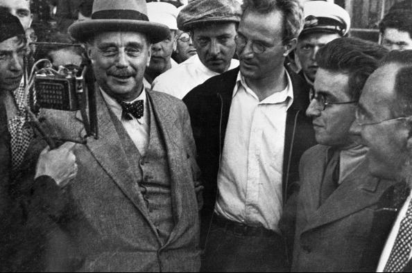 Герберт Уэллс выступает перед встречающими в аэропорту во время пребывания в Советском Союзе, 1934 год.