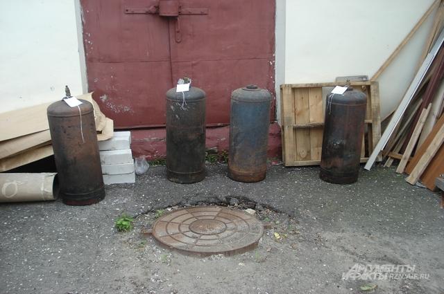 Четыре газовых баллона, которые следователи нашли на месте преступления. К счастью, ни один из них не взорвался.