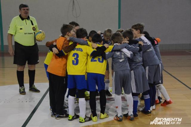 Большинство школьников и их родители одобрительно отнеслись к введению в школе урока футбола.