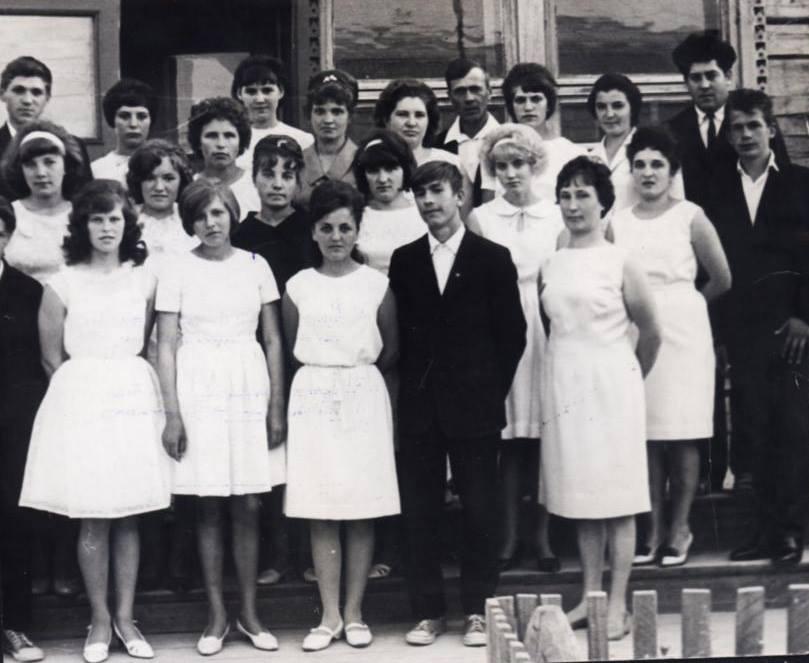 Раньше виновницы торжества были одеты почти одинаково: скромное и только белое платье.