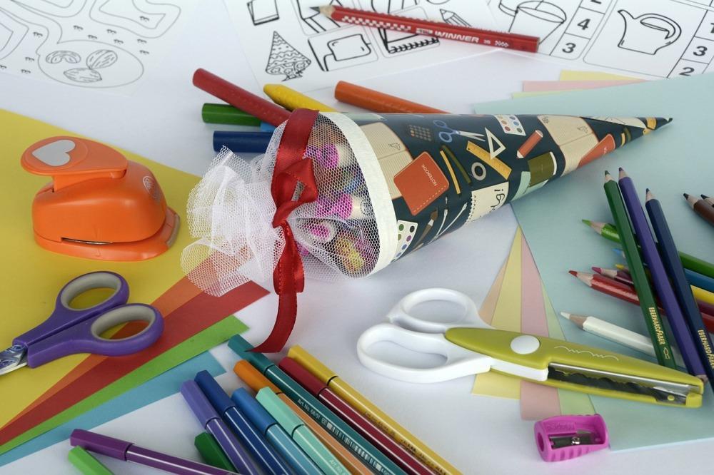 Ассортимент канцелярских товаров велик, но не все принадлежности безопасны для ребёнка.