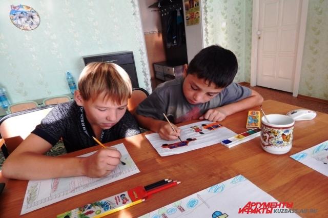Ребята изучают дорожную грамотность.