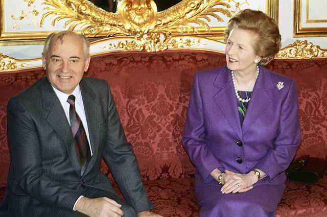 Президент СССР Михаил Горбачев беседует с премьер-министром Великобритании Маргарет Тэтчер во время общеевропейского совещания на высшем уровне.