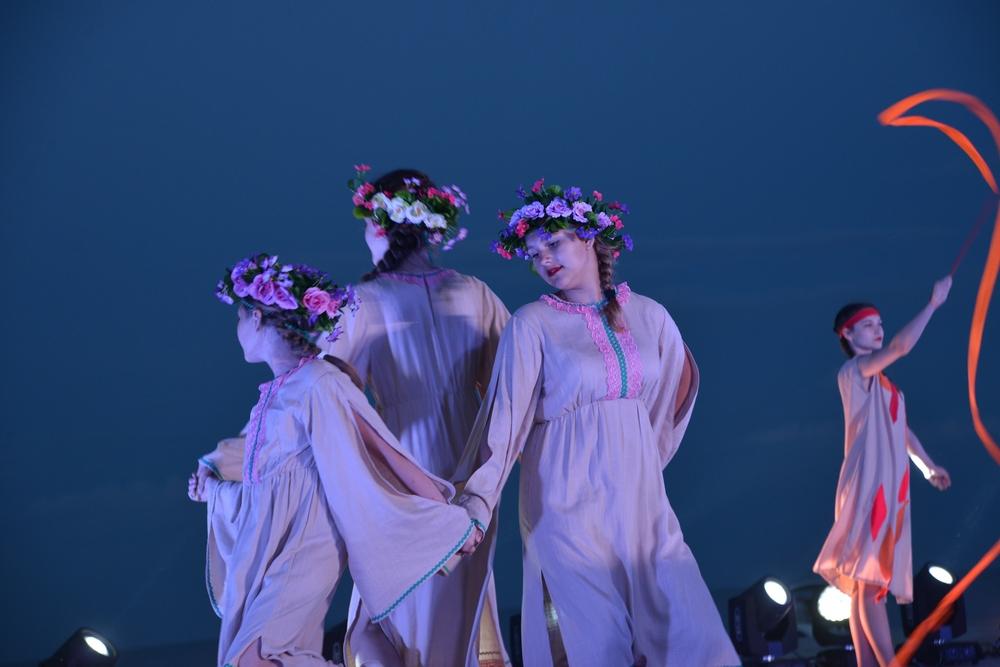 Танцы в славянских традициях пришлись ко двору.