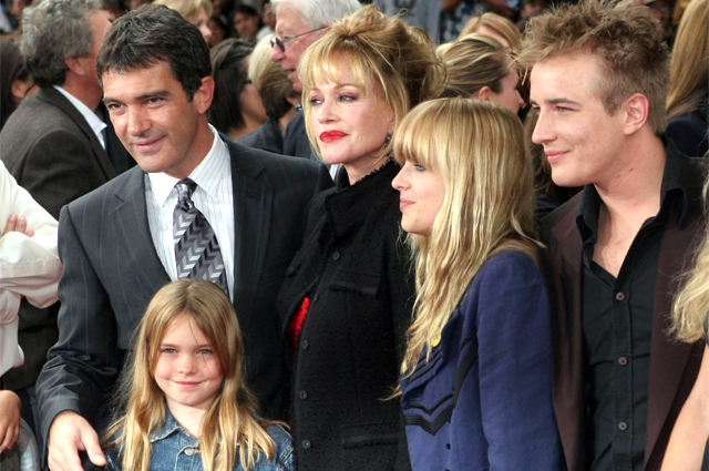 Антонио Бандерас, Мелани Гриффит, их дочь Стелла, Дакота Джонсон и Александр  Бауэр. 2005 г.