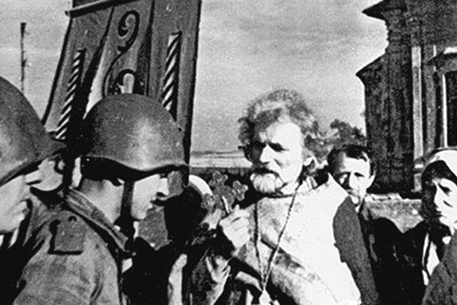 Священник благословляет советских солдат в Понырях.