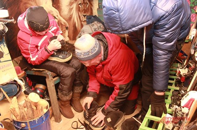 В будке троим посетителям горнолыжки уже негде развернуться