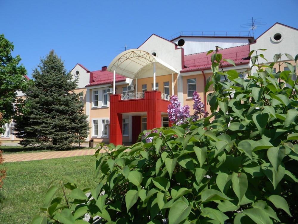 Больница находится в посёлке Кумагорский у подножия горы Кинжал под Минеральными Водами.