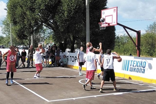 В Новых Лядах можно поиграть в баскетбол прямо во дворе.