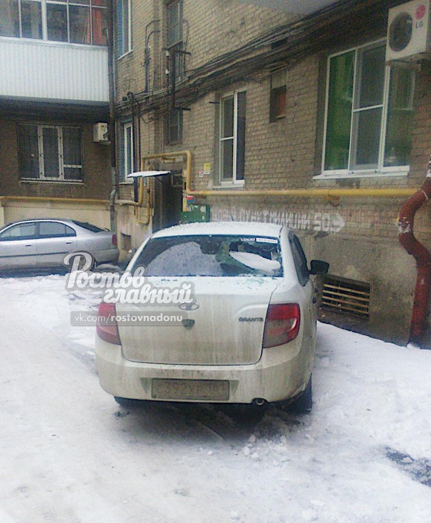 Упавшие с крыши сосульки повредили несколько машин