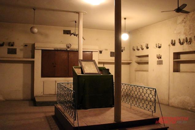 Внутри синагоги всё разбито, сорваны панели, вырваны с корнем плафоны для лампочек.