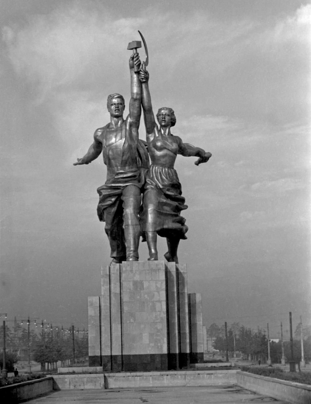 Скульптура «Рабочий и колхозница». Скульптор Вера Мухина. Скульптура создана для советского павильона на Всемирной выставке в Париже в 1937 году.