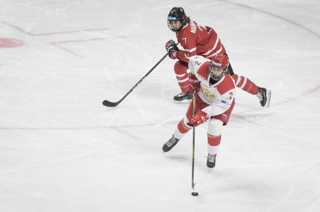 Финал женского хоккея с мячом Россия-Канада.