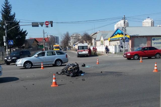 Водителя мотоцикла госпитализировали в Броварскую центральную больницу с переломом правой кости голени, и его готовили к транспортировке в Киев.
