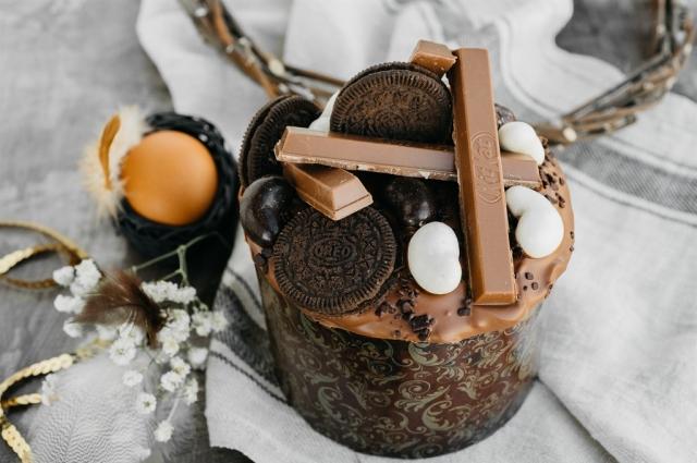 Кулич с нутеллой, печеньем «Орео» и Киткат