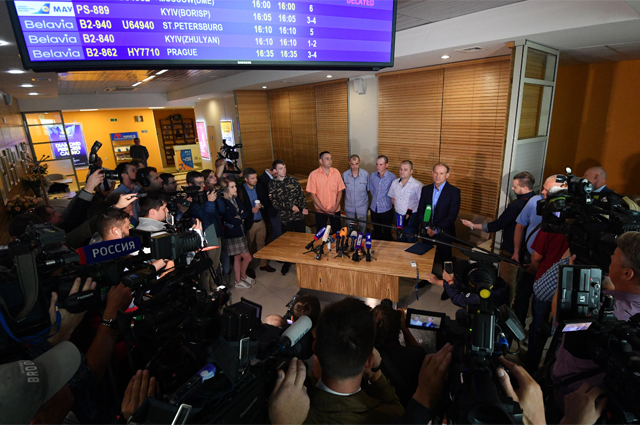 Украинские военнопленные, переданные властями ДНР и ЛНР официальному Киеву, на пресс-конференции в аэропорту Минска. 28 июня 2019 г.