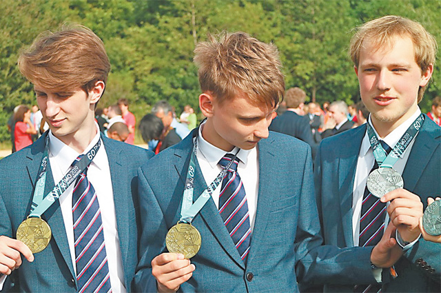 Чтобы получить эти медали, ребята доказывали свои знания по математике втечение 12дней.