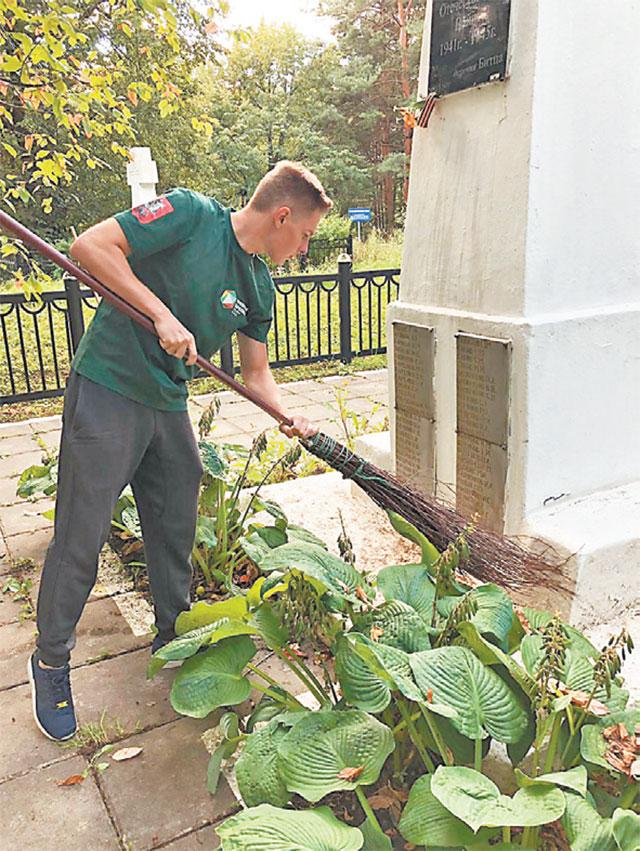 Члены Молодёжной палаты организуют уборку памятников, мемориалов.