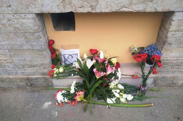 Стихийный мемориал около дома, где убили девушку.